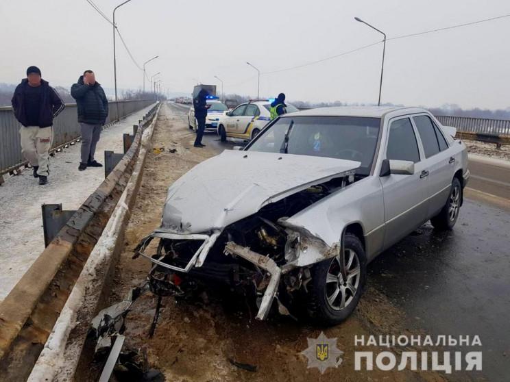 На Буковині Mercedes влетів у відбійник:…
