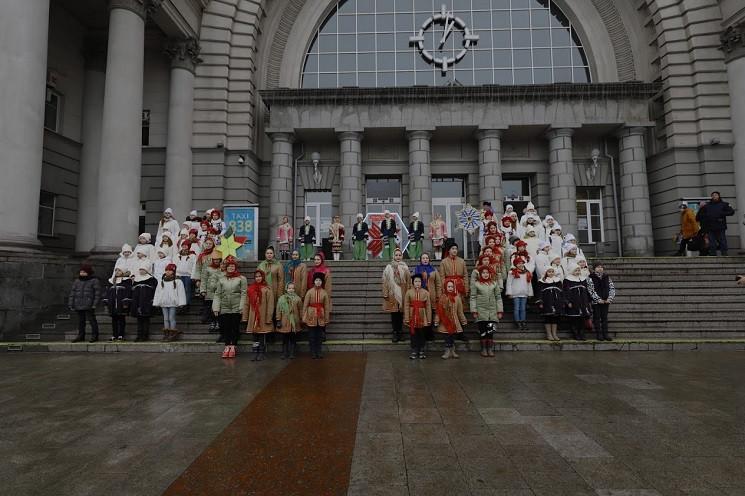На центральном вокзале в Днепре дети кол…