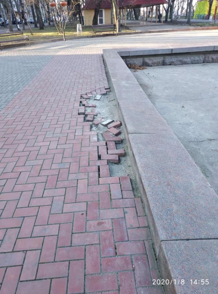 В Николаеве в сквере начала разрушаться…