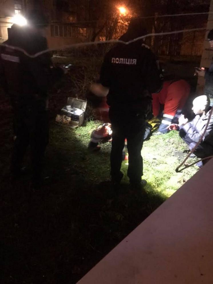 У Львові дівчина порізала вени і вистриб…