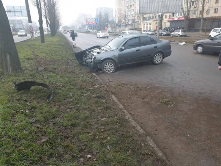 На Поскоті автівка врізалася у дерево та…