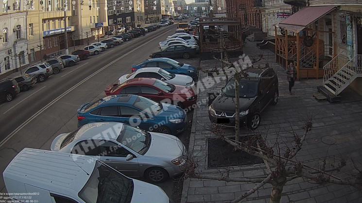 У Дніпрі автохам запаркував джип на трот…