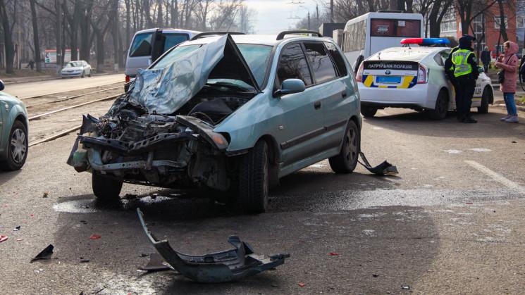 В Днепре водитель разбил машину об маршр…