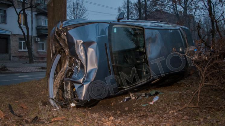 У центрі Дніпра автівка протаранила дере…