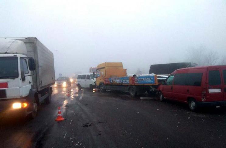 Через густий туман у масштабній автотрощ…