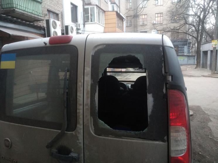 У Запоріжжі невідомі розбили автівку міс…