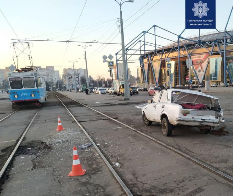 В Харькове врезались трамвай и легковушк…