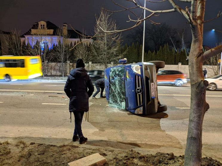 У Львові перекинувся бус і перегородив в…