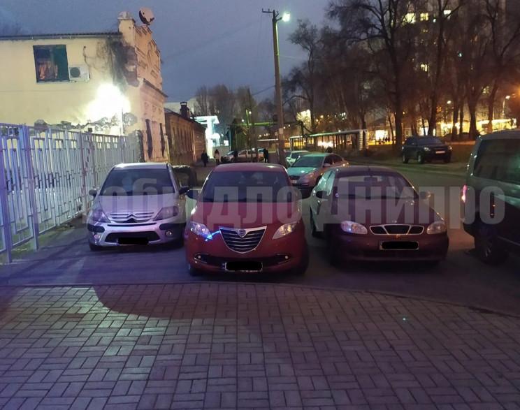 В Днепре автохамы запарковались вдоль вс…
