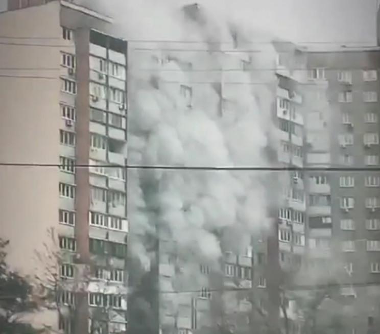 У Києві загорілась багатоповерхівка, меш…