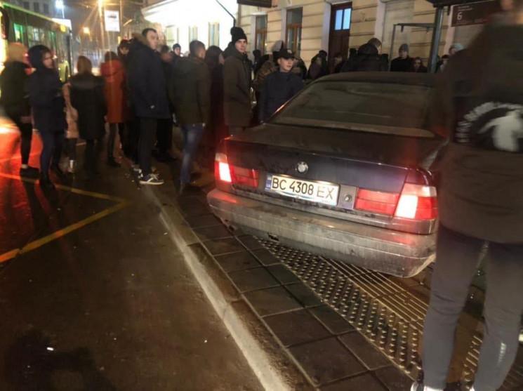 Во Львове автомобиль влетел в остановку:…