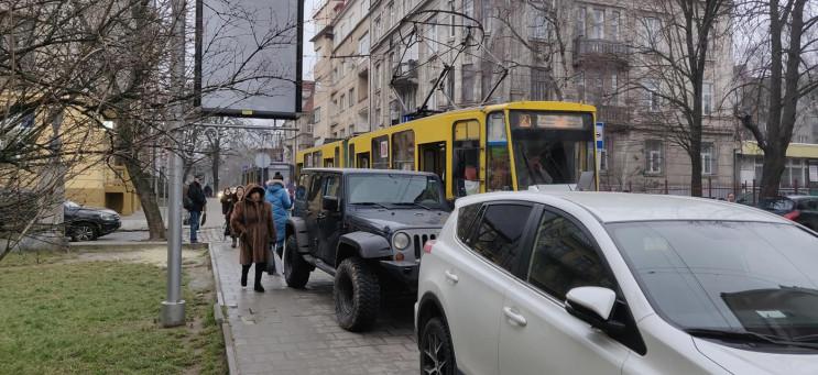 Джип заблокував рух трамваїв у Львові (Ф…