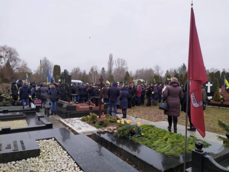 На столичном кладбище хоронят пилотов сб…