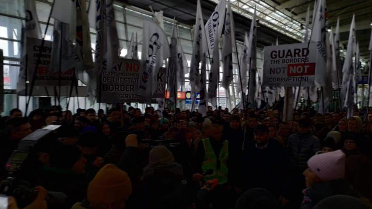"""В аеропорті """"Львів"""" триває акція протест…"""