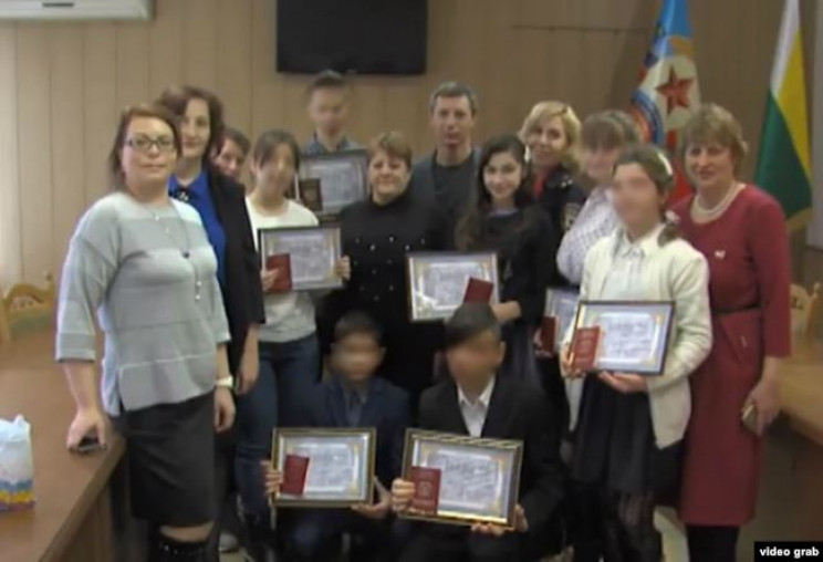 """Росія """"втюхує"""" свої паспорти сиротам в О…"""