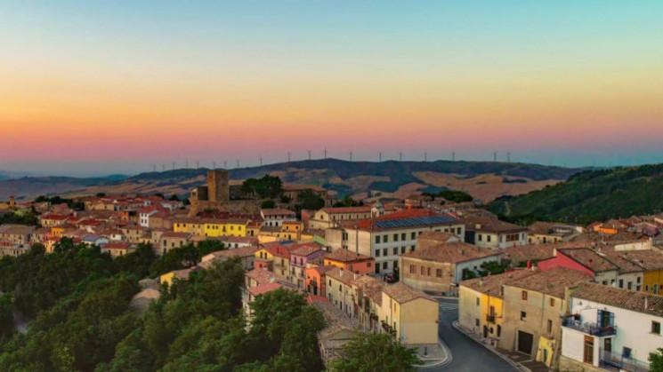 В итальянском городке распродают 90 домо…