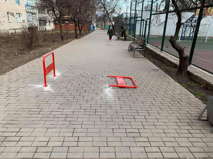 Велопарковка серед тротуару: У Хмельниць…