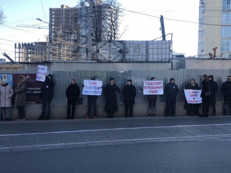 Одесситы пикетировали новостройку на Фон…