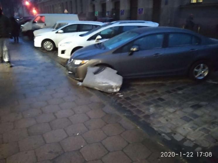 У центрі Львова  на припарковані автомоб…