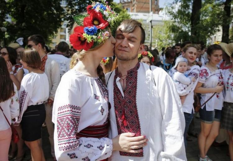 чоловік та жінка у вишиванках