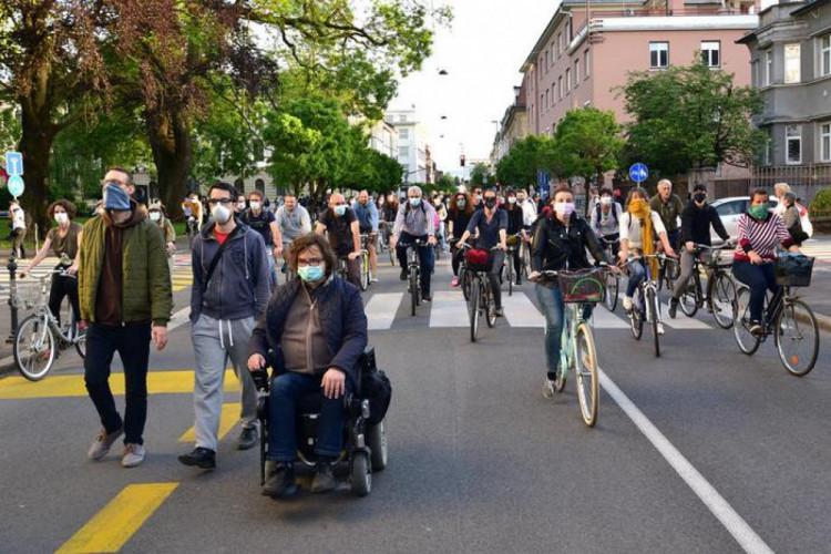 люди на вийшли на протест у Словеніі