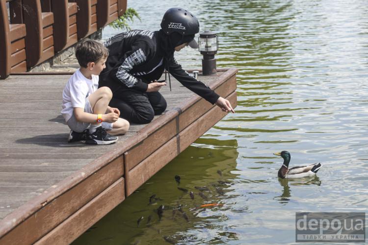 Діти годують качок у Межигір'ї
