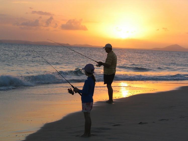 люди ловлять рибу