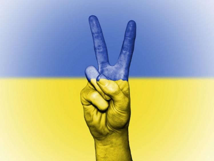 рука на тіл прапору України