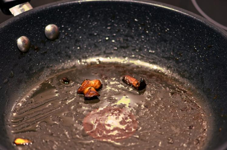 Очищаючи пательню від нагару всередині, важливо брати до уваги її покриття