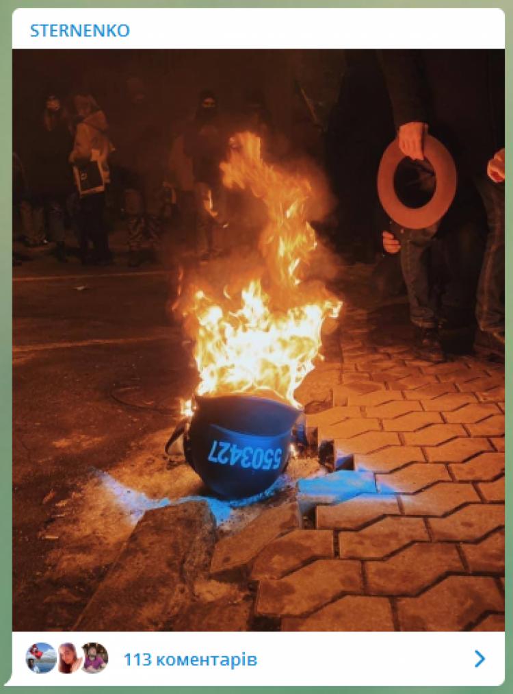 На Банковой подожгли шлем, захваченный в полицейского