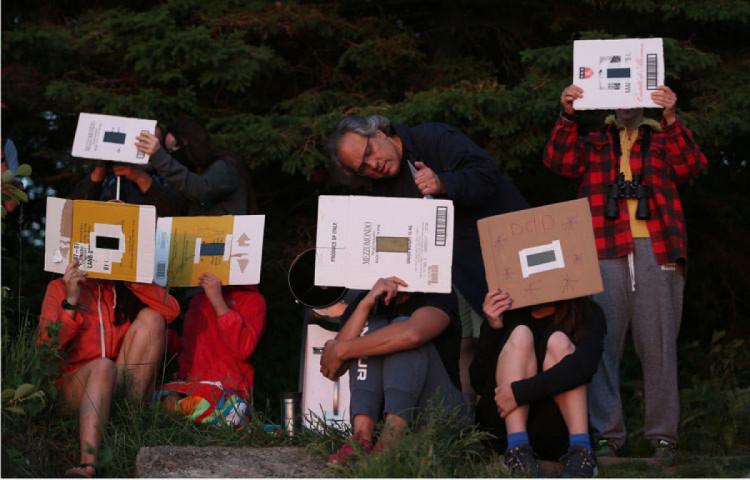 люди спостерігають сонячне затемнення